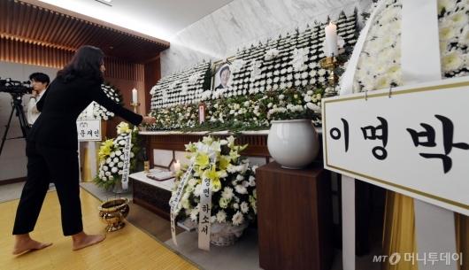 [사진]정두언 전 의원 빈소에 놓여진 이명박 전 대통령 근조화환