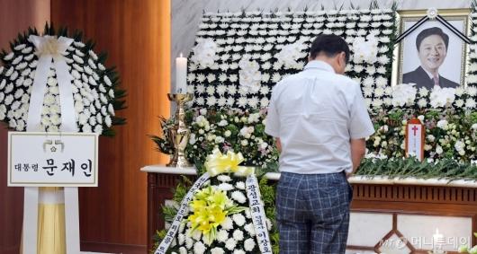 [사진]고 정두언 전 의원 빈소에 놓인 문재인 대통령 근조화환