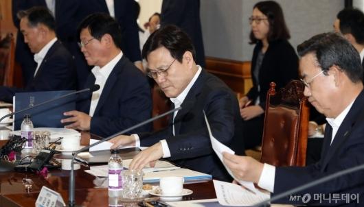 [사진]자료 살피는 최종구 금융위원장