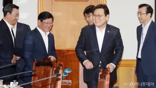 [사진]은행권 간담회 참석하는 최종구 금융위원장
