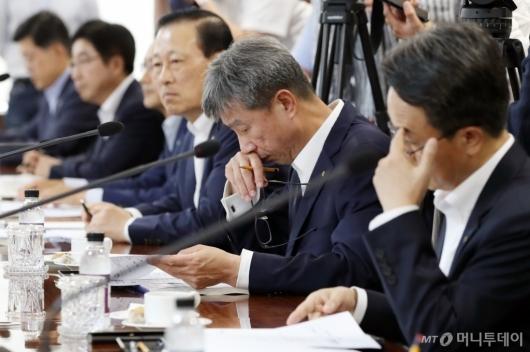 [사진]금융위원장 모두발언 듣는 시중은행장들