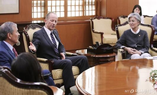 [사진]스틸웰 美차관보 만난 강경화 외교부 장관