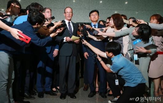 [사진]취재진에 둘러싸인 윤순구-스틸웰