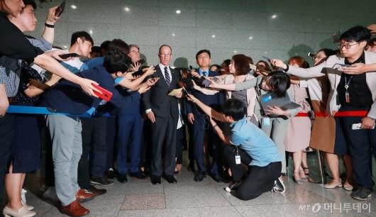 [사진]취재진에 둘러싸인 스틸웰 美동아태차관보