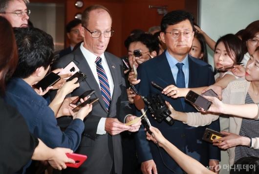 [사진]취재진에 둘러싸인 스틸웰 美 동아태 차관보