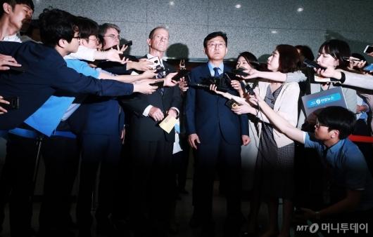 [사진]취재진 앞에 선 윤순구-스틸웰 차관보