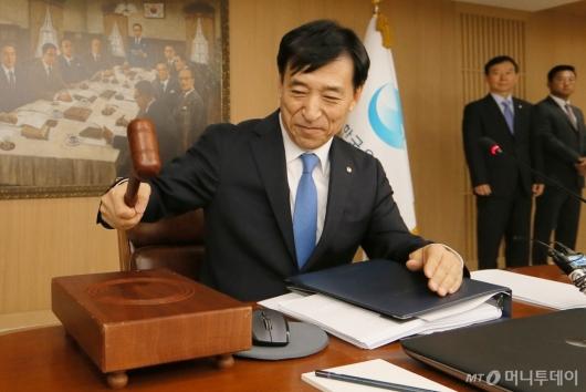 [사진]이주열 한은 총재, 금융통화위원회 주재