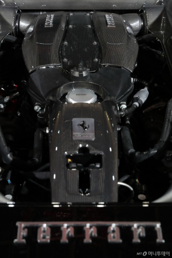 [사진]페라리 'F8 트리뷰토'의 8기통 심장