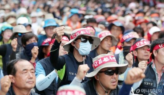 [사진]구호 외치는 민주노총