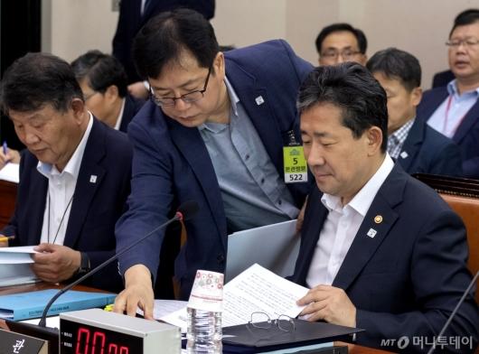 [사진]자료 검토하는 박양우 장관