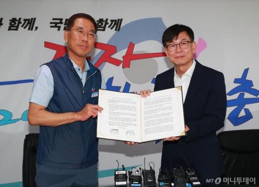 [사진]노동존중 정책연대 협약서 함께 든 김상조-김주영