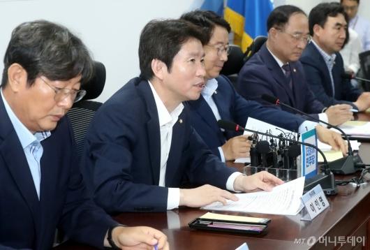 [사진]세법개정안 관련 발언하는 이인영
