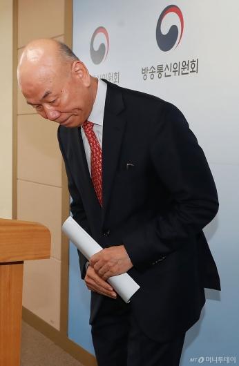 [사진]사퇴 표명한 이효성 방통위원장