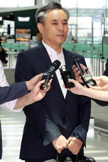 [사진]질문에 답하는 김승호 산업부 실장