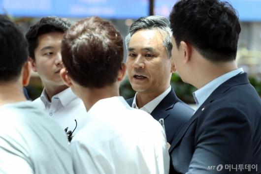 [사진]취재진 질문에 답하는 김승호 실장