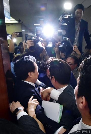 [사진]회의장 빠져나가는 손학규