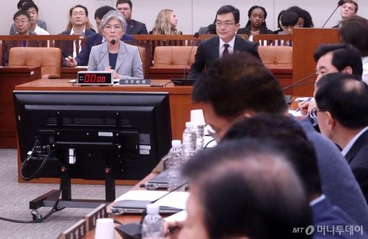 [사진]외통위 전체회의 경청하는 강경화