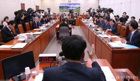 [사진]외통위 전체회의 주재하는 윤상현