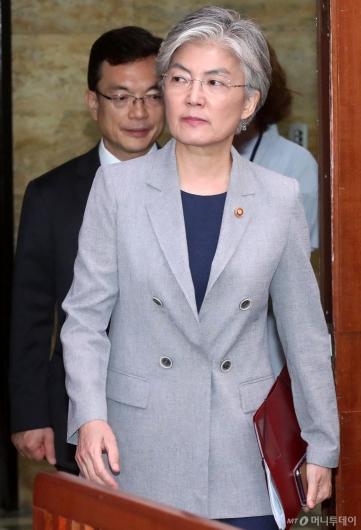 [사진]외통위 전체회의 출석하는 강경화