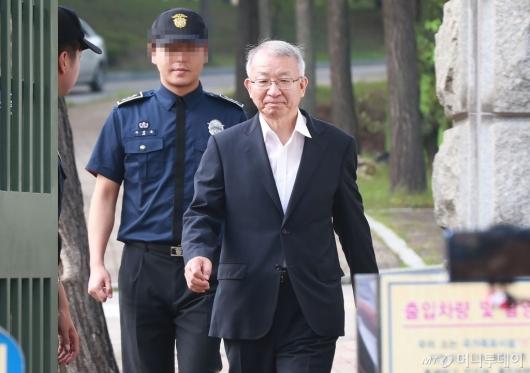 [사진]서울구치소 나서는 양승태 전 대법원장