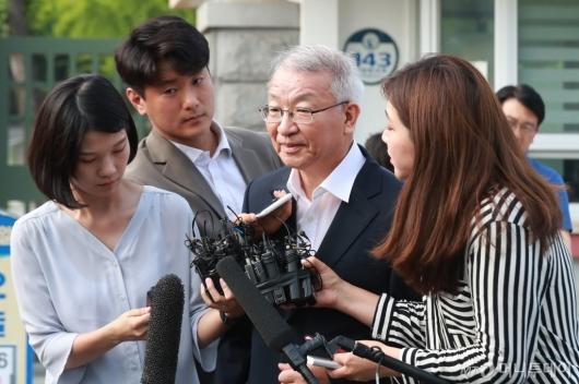 [사진]취재진 질문 받는 양승태 전 대법원장