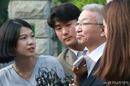 [사진]풀려난 양승태 '옅은 미소'