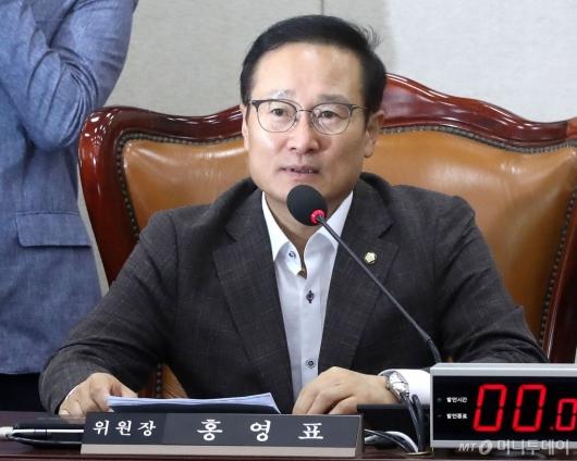 [사진]발언하는 홍영표 신임 위원장