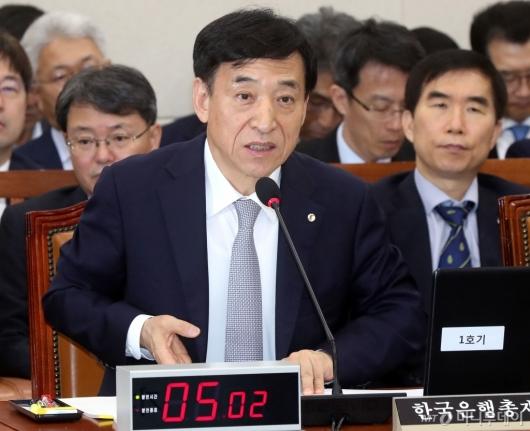 [사진]답변하는 이주열 총재