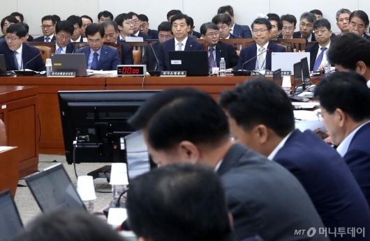 [사진]질문 경청하는 이주열 총재