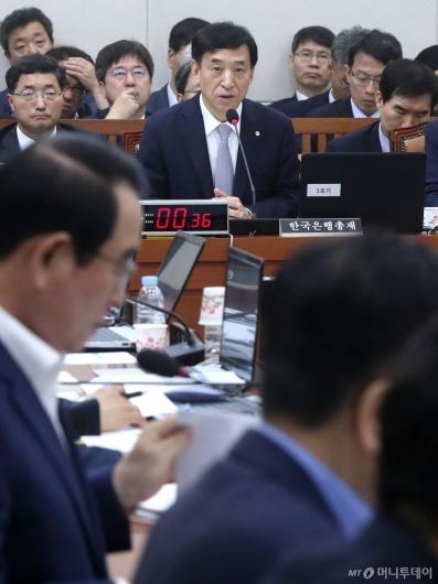 [사진]질의 답변하는 이주열 총재