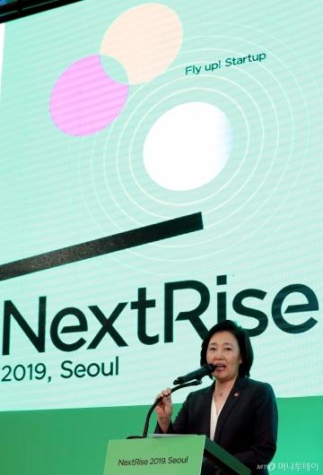 [사진]'넥스트라이즈' 축사하는 박영선 장관