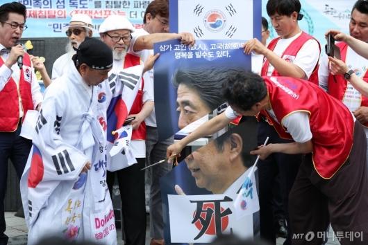 [사진]'아베 규탄' 퍼포먼스 벌이는 독도사랑세계연대