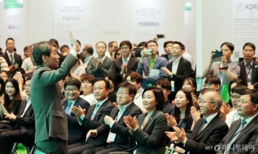 [사진]인사하는 이동걸 산업은행 회장