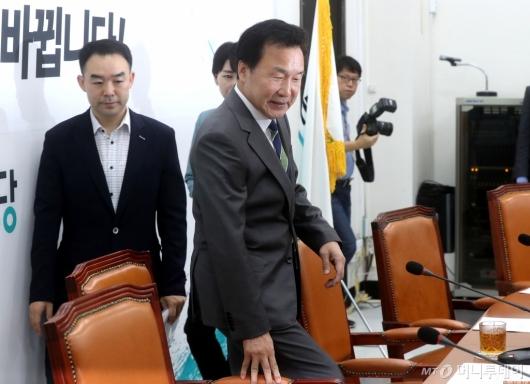 [사진]굳은 얼굴의 손학규 대표