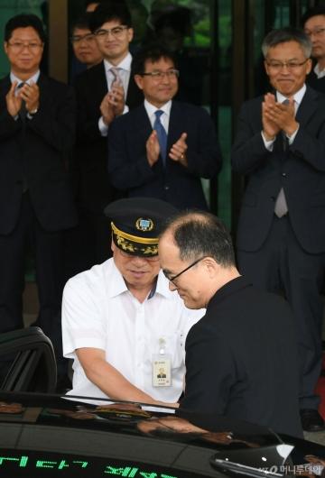 [사진]박수 받으며 떠나는 문무일 전 검찰총장