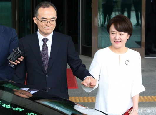 [사진]부인 손잡고 검찰청 떠나는 문무일 전 총장
