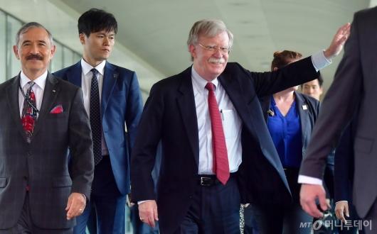 [사진]손 흔드는 존 볼턴 보좌관