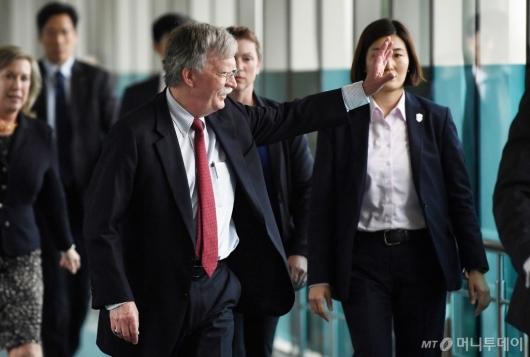 [사진]방한 항의 집회에 손 흔드는 존 볼턴