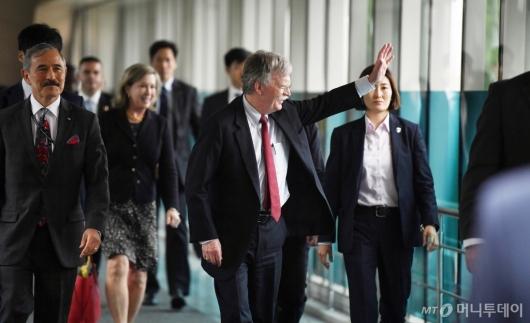 [사진]항의 집회 향해 손 흔드는 존 볼턴