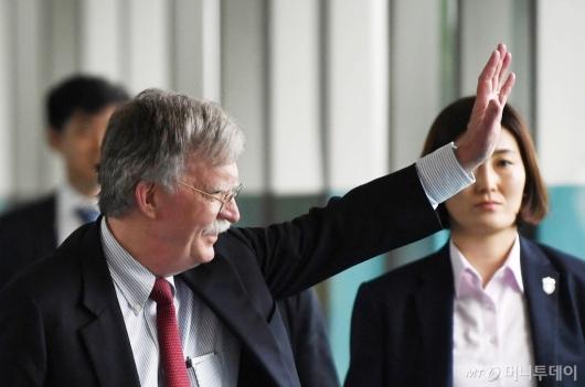 [사진]방한 항의 집회 참석자들 향해 손 흔드는 존 볼턴