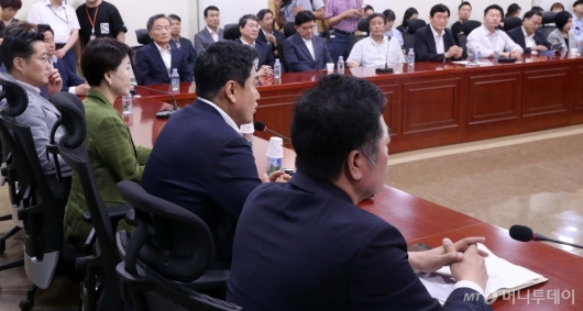 [사진]지역위원장들과 당 정상화 논의하는 오신환