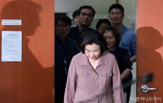 [사진]기자회견 앞서 인사하는 박순자