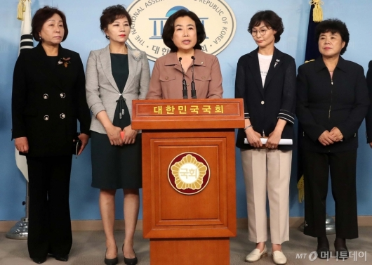 [사진]국토위원장 사임거부 경위 밝히는 박순자