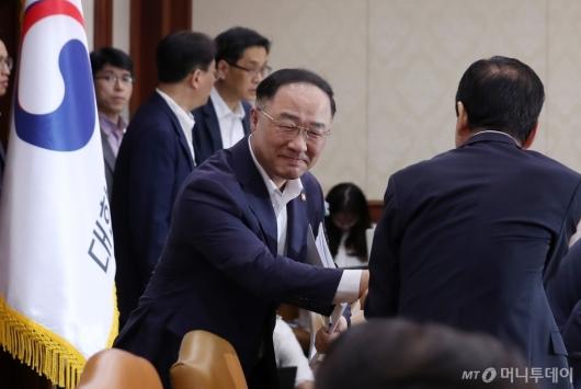[사진]관계장관회의 참석한 홍남기 부총리