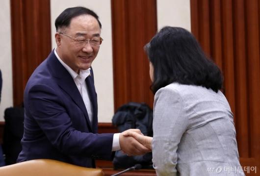[사진]악수하는 홍남기 부총리-유명희 본부장