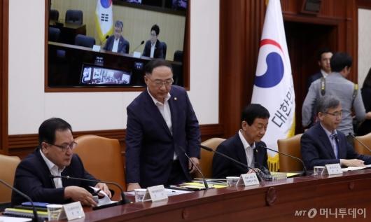 [사진]日 수출 규제 대응 관계장관회의 참석한 홍남기