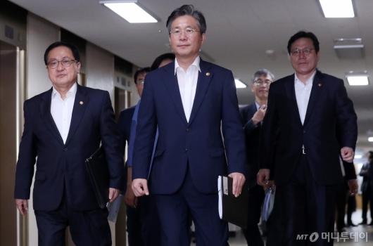 [사진]소재·부품·장비 경쟁력 강화 브리핑 참석하는 장관들