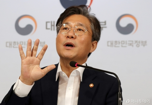 [사진]성윤모 장관, '소재·부품·장비' 경쟁력 강화 대책 발표