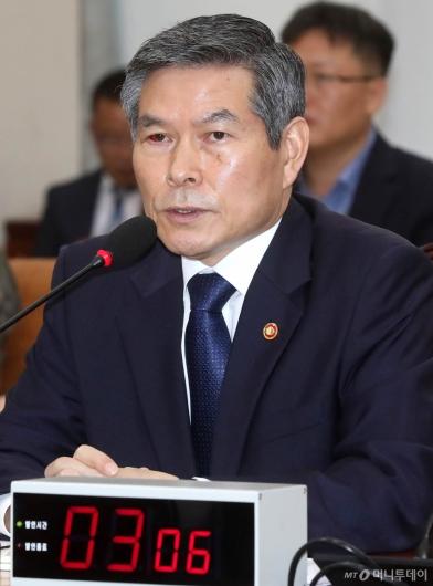 [사진]국방위 답변하는 정경두 장관