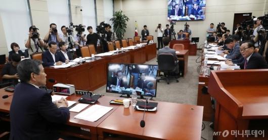 [사진]국방위 전체회의 답변하는 정경두